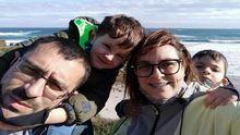 Diana Sanjurjo y Paco Rey, con sus hijos Xabi y Aleixo