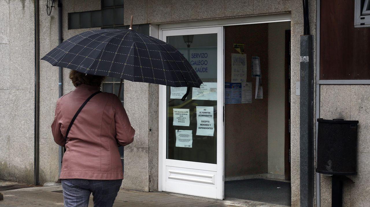 Imagen del centro de salud de Ribeira, municipio en el que se han disparado los casos positivos en la última semana