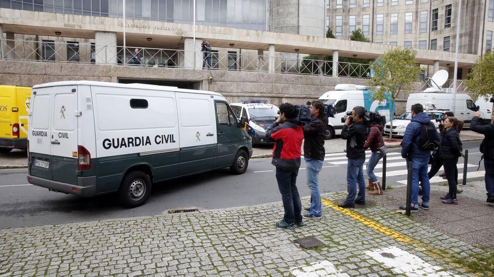 Gran expectación ante los juzgados compostelanes, tras conocerse la noticia de que los acusados habían salido de la cárcel de Teixeiro