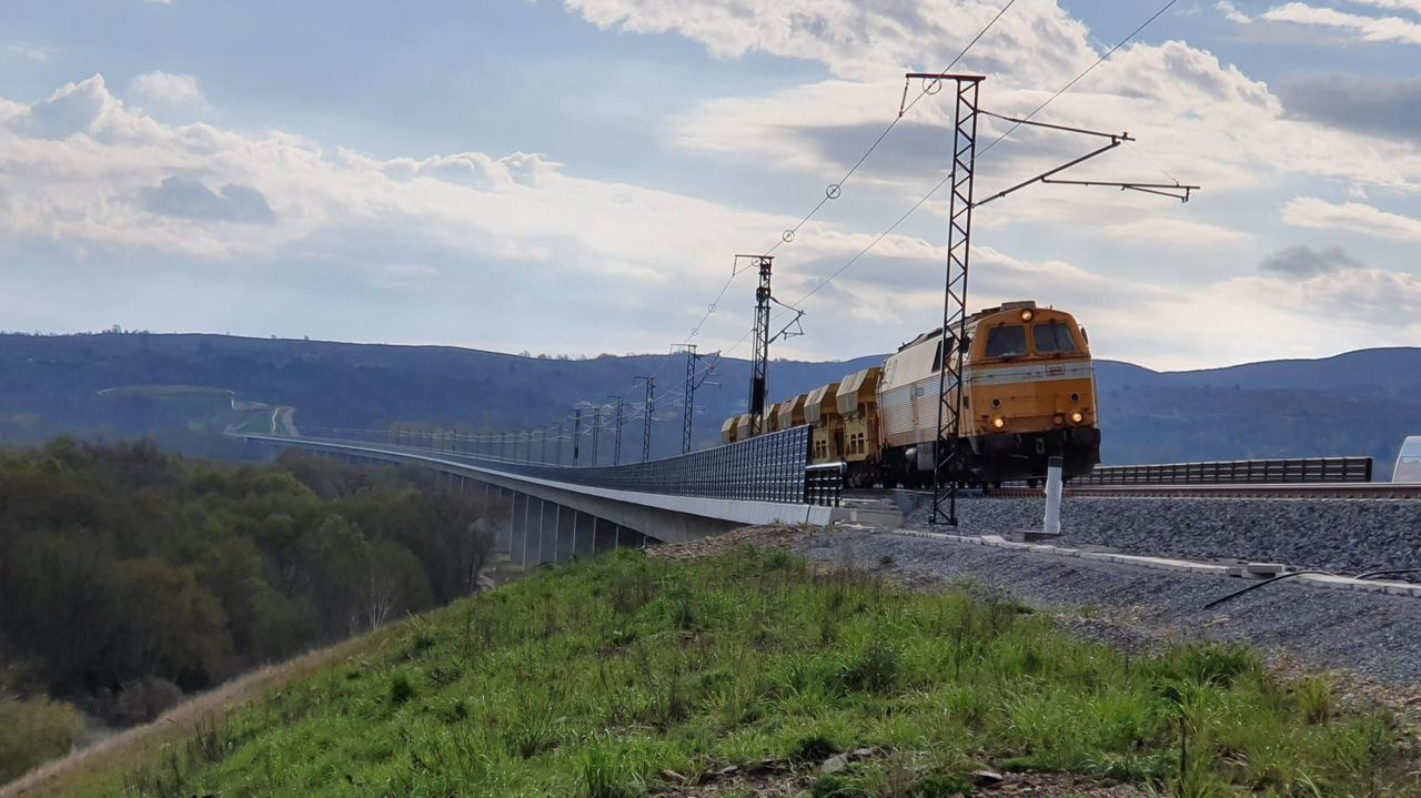 Viajeros del tren destino Madrid hacen transbordo en Ourense para ir a Zamora en autobús y desde allí seguir el viaje.Pruebas de carga en uno de los viaductos del AVE