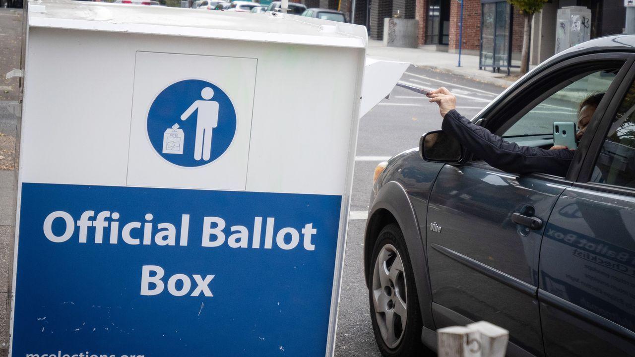 Una mujer deposita su voto en Portland
