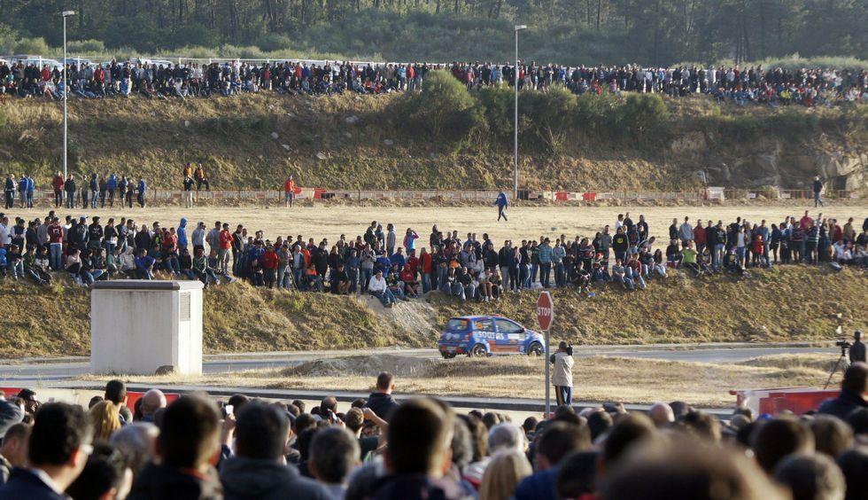 El resumen de la jornada matinalen el rali de Ourense.El público abarrotó las zonas privilegiadas de la Ciudad del Transporte en el tramo inicial.