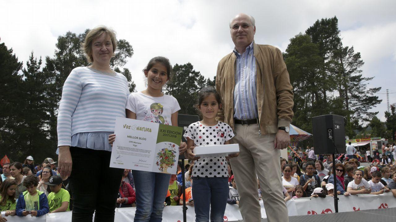 Manuel Areán Lalín, secretario general de la Corporación Voz de Galicia, entrega el Premio al Mejor Blog del Año al CPR Mariano de Vigo. Recogen María Estévez Pérez (coord. y responsable blog), Martina Fernández Cameselle y Candela Fernández Cameselle (alumnas)