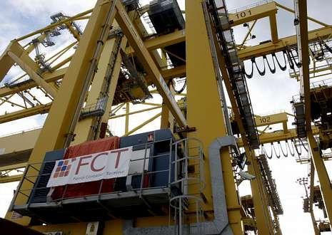 En la fotografía, vista parcial de una de las grandes grúas para contenedores de FCT.