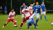 Tejera cae al suelo en el Oviedo-Sanse del año pasado