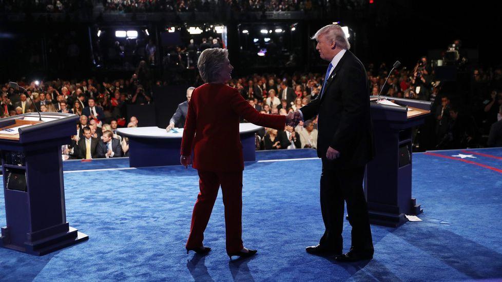 Los dos candidatos a la Casa Blanca se estrechan la mano.