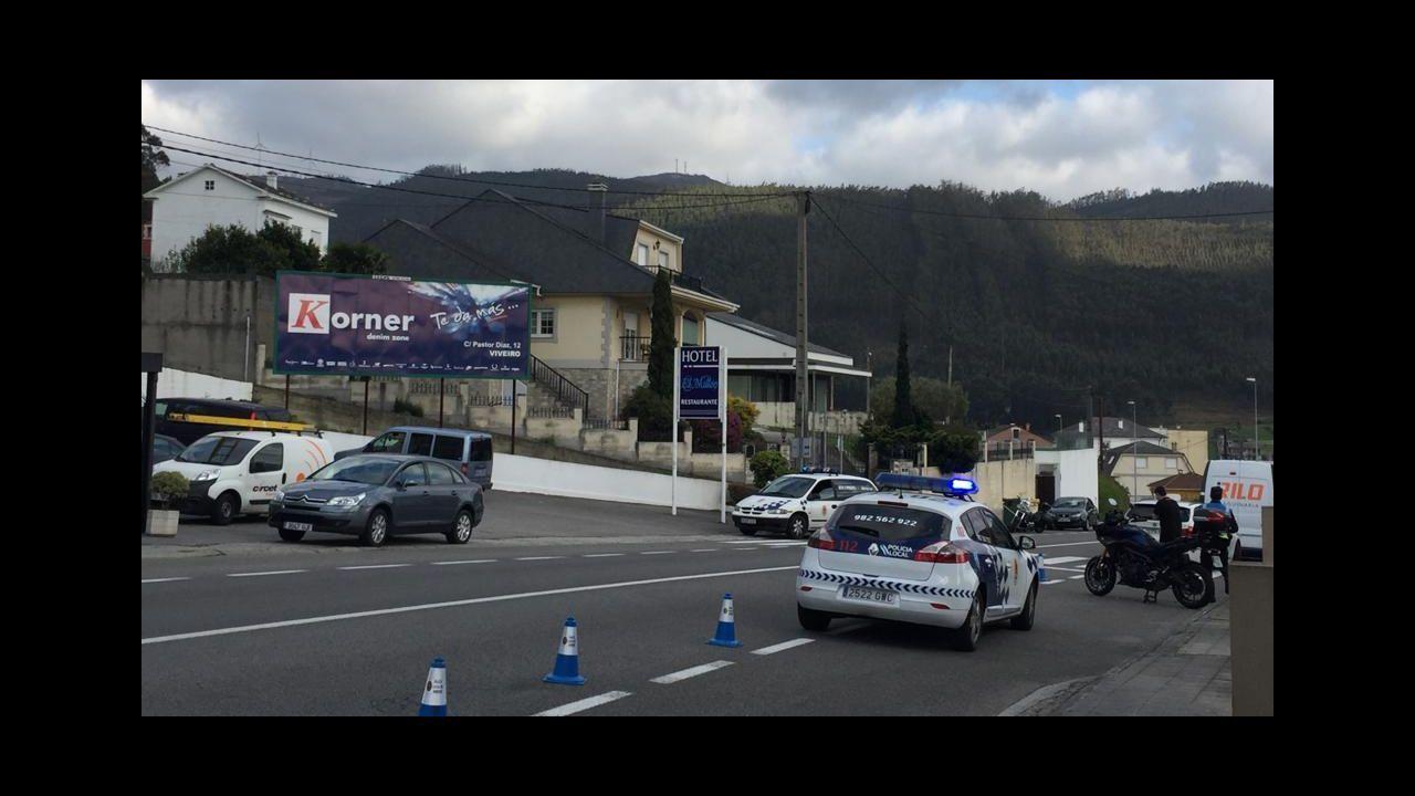 Un camión vuelca en A Fonsagrada y deja atrapado a su conductor.Una ambulancia en la zona de urgencias del HUCA