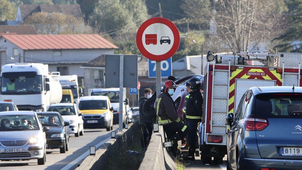 Tráfico intenso en la avenida de Madrid de Vigo por un control tras el cierre perimetral