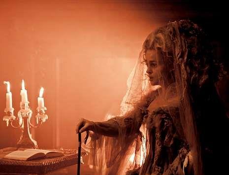 Trailer «The Lone Ranger».<span lang= es-es >MISS HAVISHAM.</span> Bonham Carter interpreta a una rica hacendada británica a la que su prometido abandona el día de la boda y que se recluye durante 20 años. «Pocas actrices estaban dispuestas a interpretarla», afirma