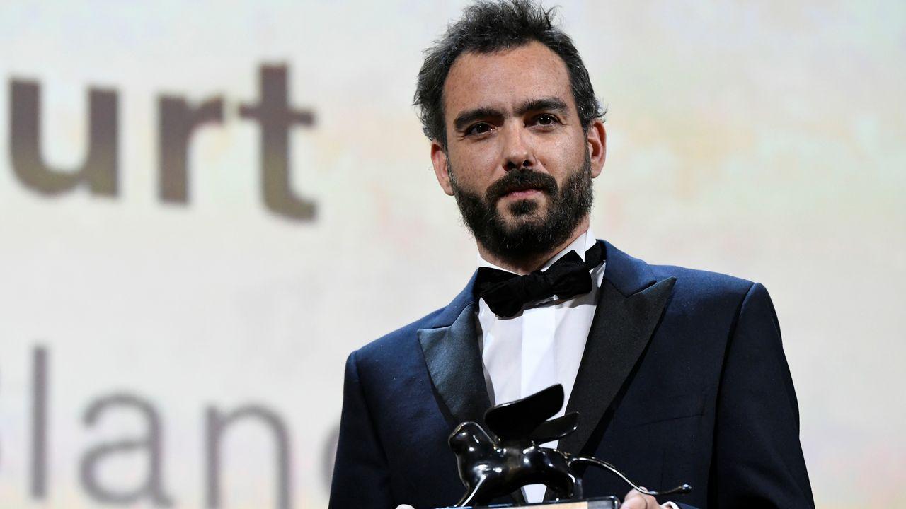 El cineasta hispano-chileno Théo Court recoge en la Mostra el premio a la mejor dirección de la sección Horizontes por su película «Blanco en blanco»