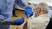 Un residente del geriátrico asturiano poniéndose la vacuna