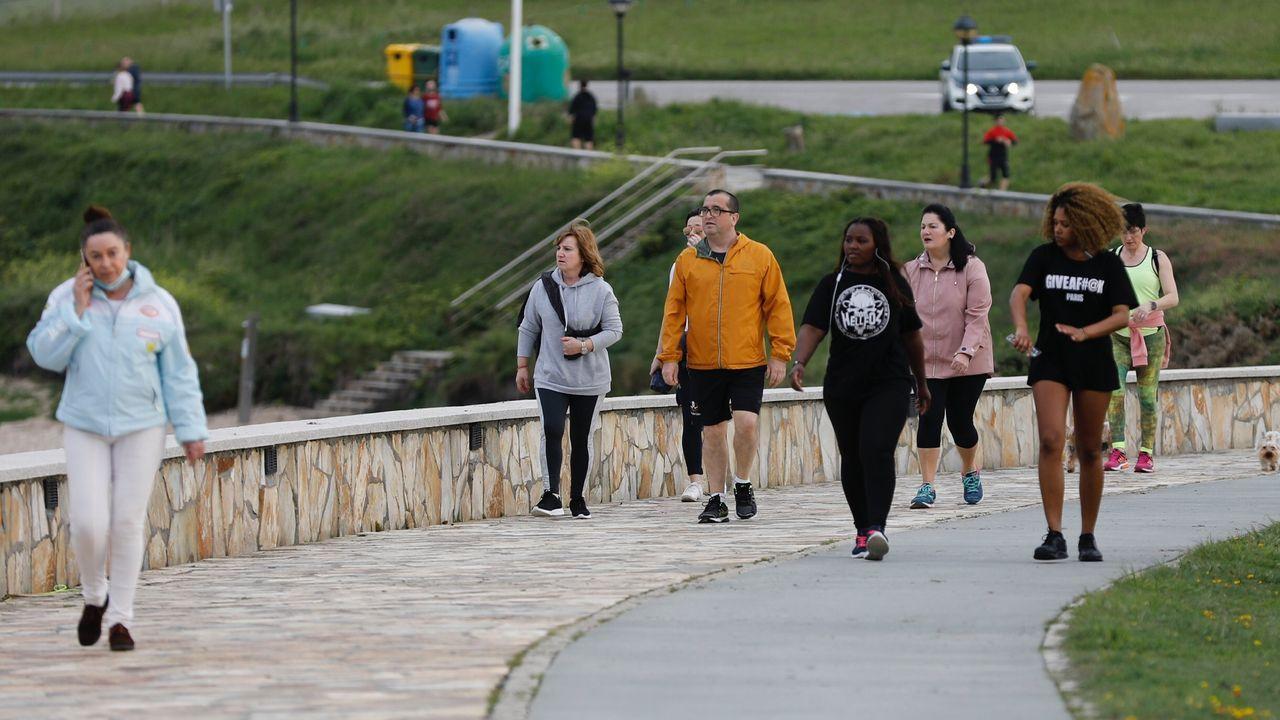 Gente paseando días atrás por el paseo de A Marosa, en Burela, en su franja horaria