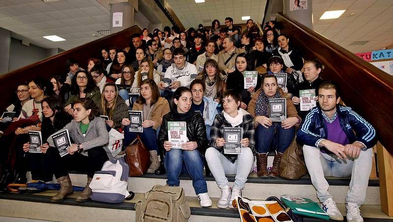 Los universitarios se sientan contra los recortes.Manifestación en A Coruña