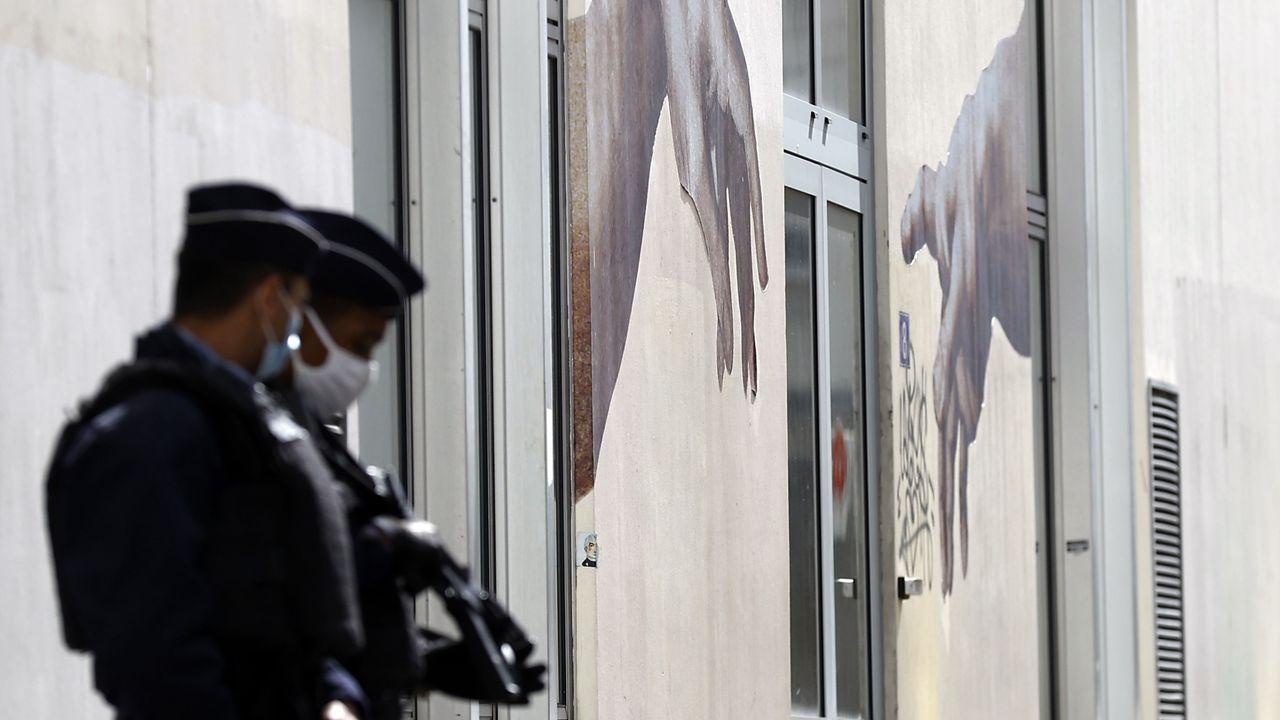 Dos policias hacen guardia frente a la antigua sede del semanario Charlie Hebdo