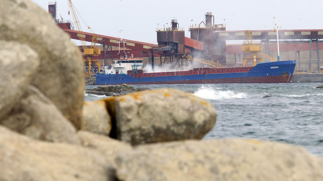 Primera valoración del comité tras el anuncio de Alcoa.Un mercante en el puerto de San Cibrao, en una imagen de archivo