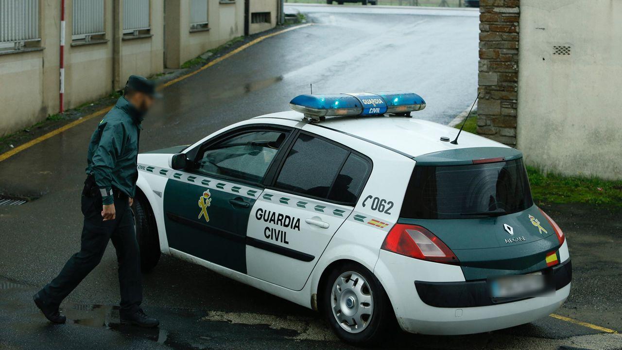 El detenido abandona en un coche de la Guardia Civil el cuartel de Padrón