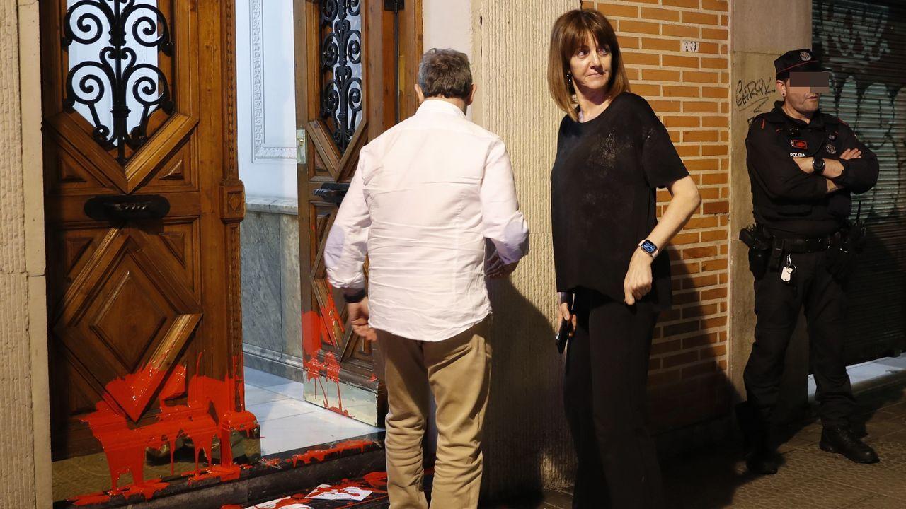 Idoia Mendia, del PSOE vasco, ante su domicilio tras el ataque de simpatizantes del etarra Patxi Ruiz