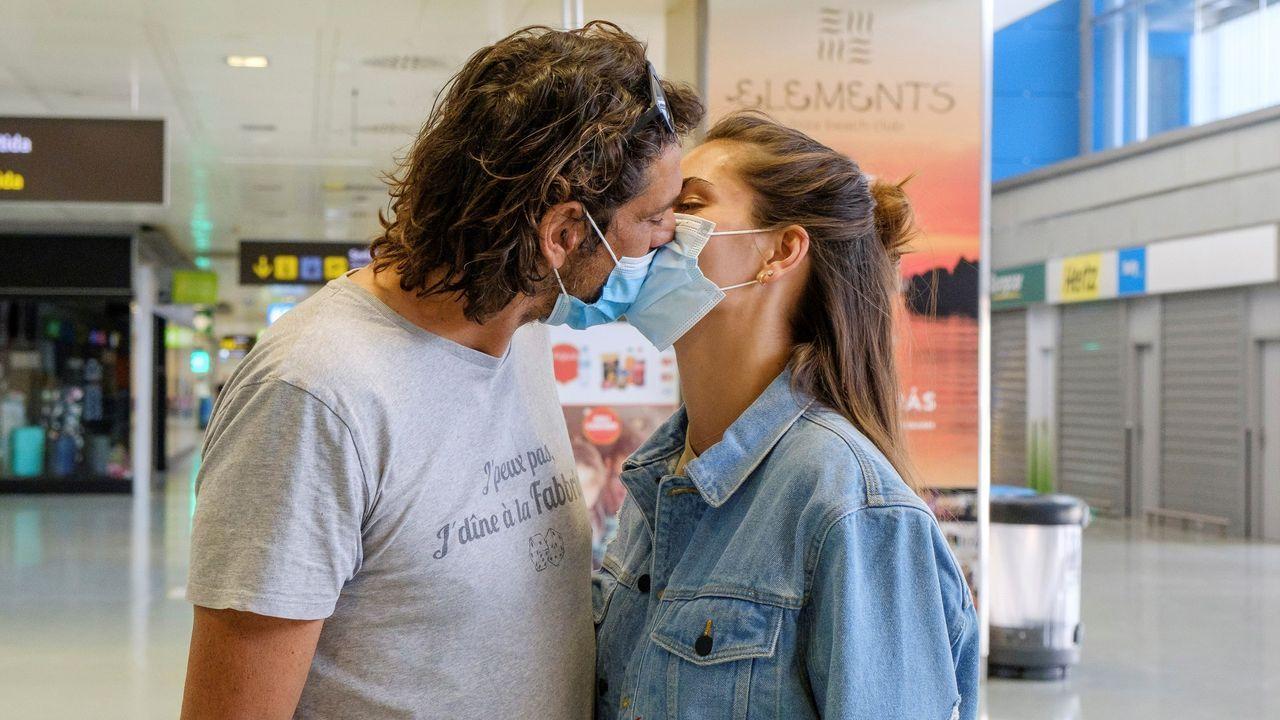 Una pareja de alemanes, a su llegada al aeropuerto de Ibiza este miércoles