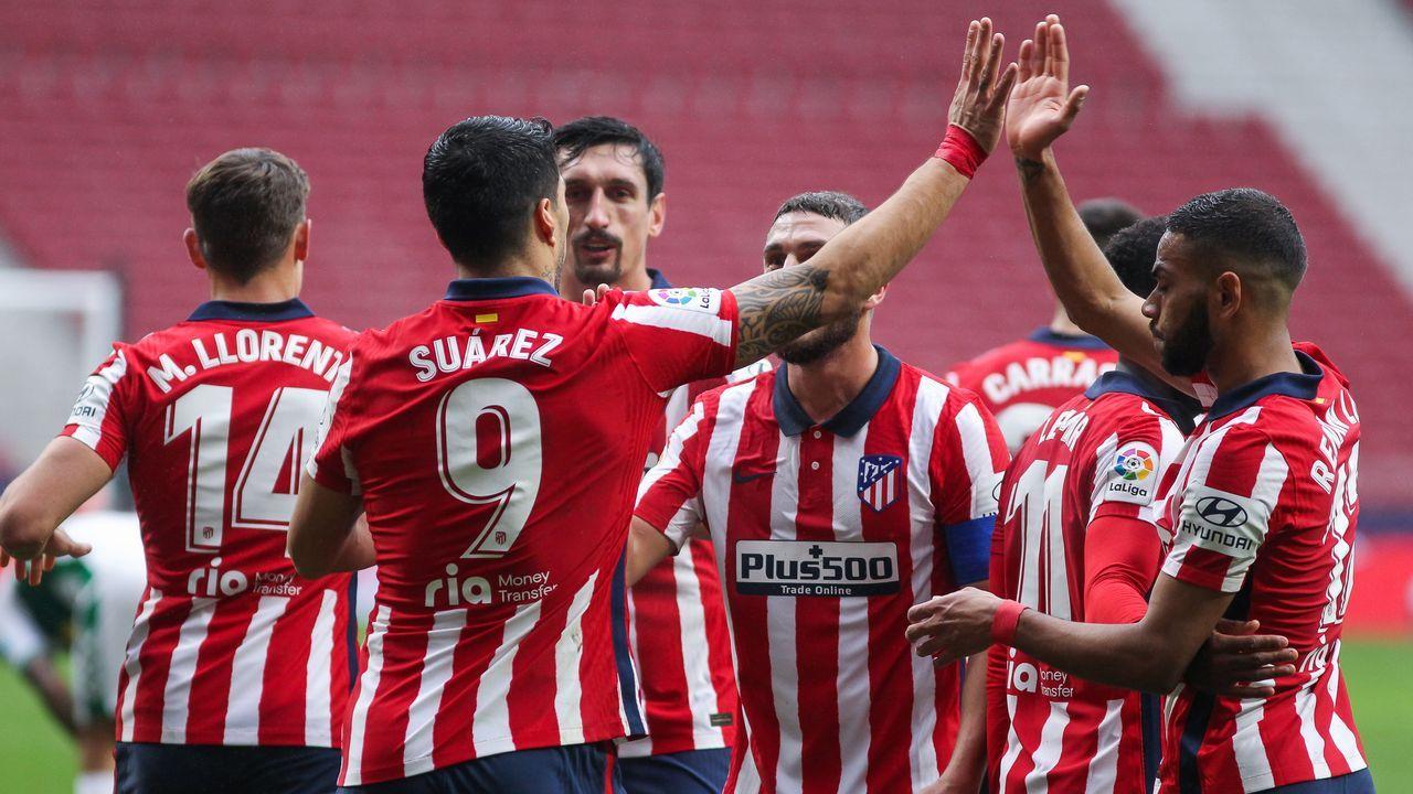 Joselu y Lucas se abrazan tras uno de los goles anotados por el Alavés al Real Madrid