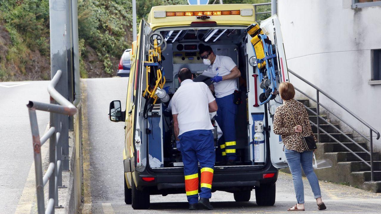 Galicia se pone la mascarilla.Un traslado del 061 al Hospital Montecelo, de Pontevedra, el pasado mayo, durante la pandemia