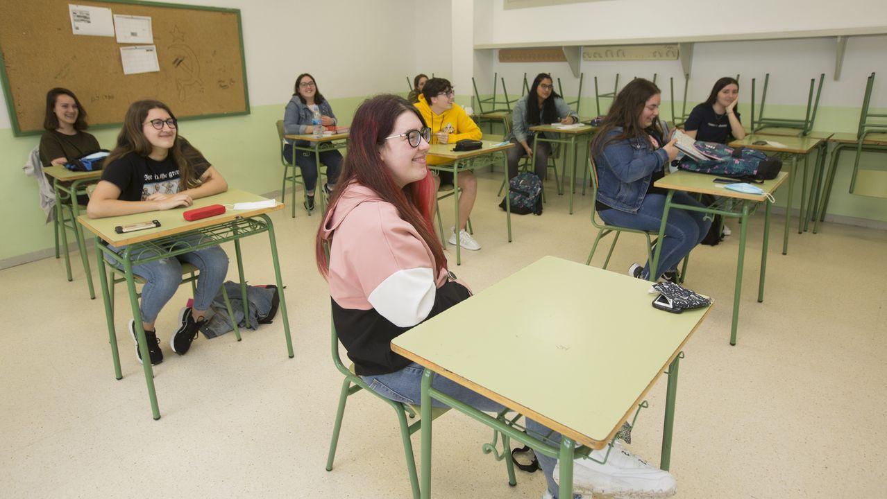 Regreso a las aulas en Ribeira.Los alumnos también han vuelto a clase en Vimianzo