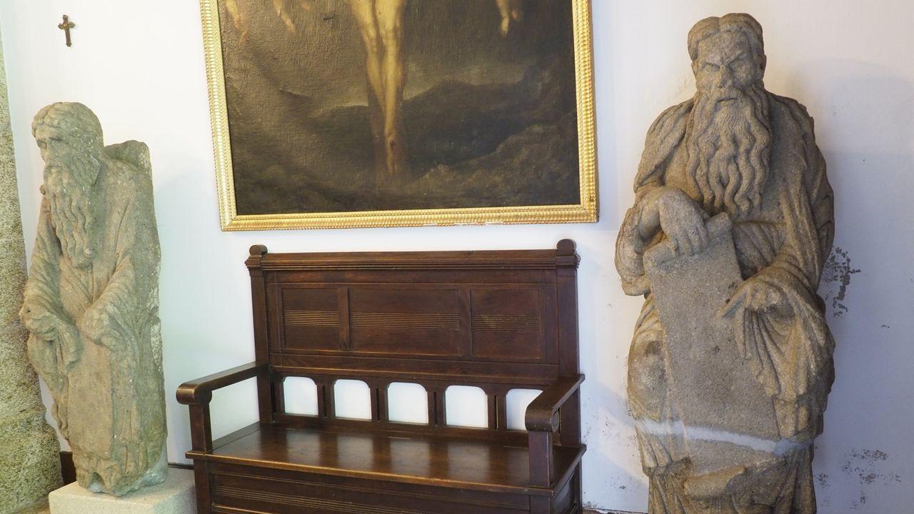 Bienes inseparables del pazo de Meirás.Las estatuas que esculpió el maestro Mateo, en la capilla del pazo de Meirás, están protegidas por la declaración como BIC