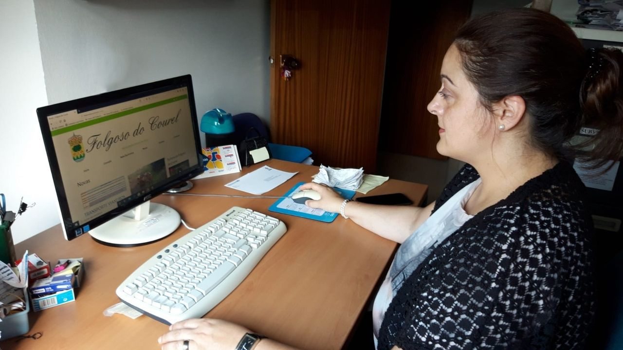 La alcaldesa Dolores Castro ante un ordenador en el que está abierta la nueva página web municipal