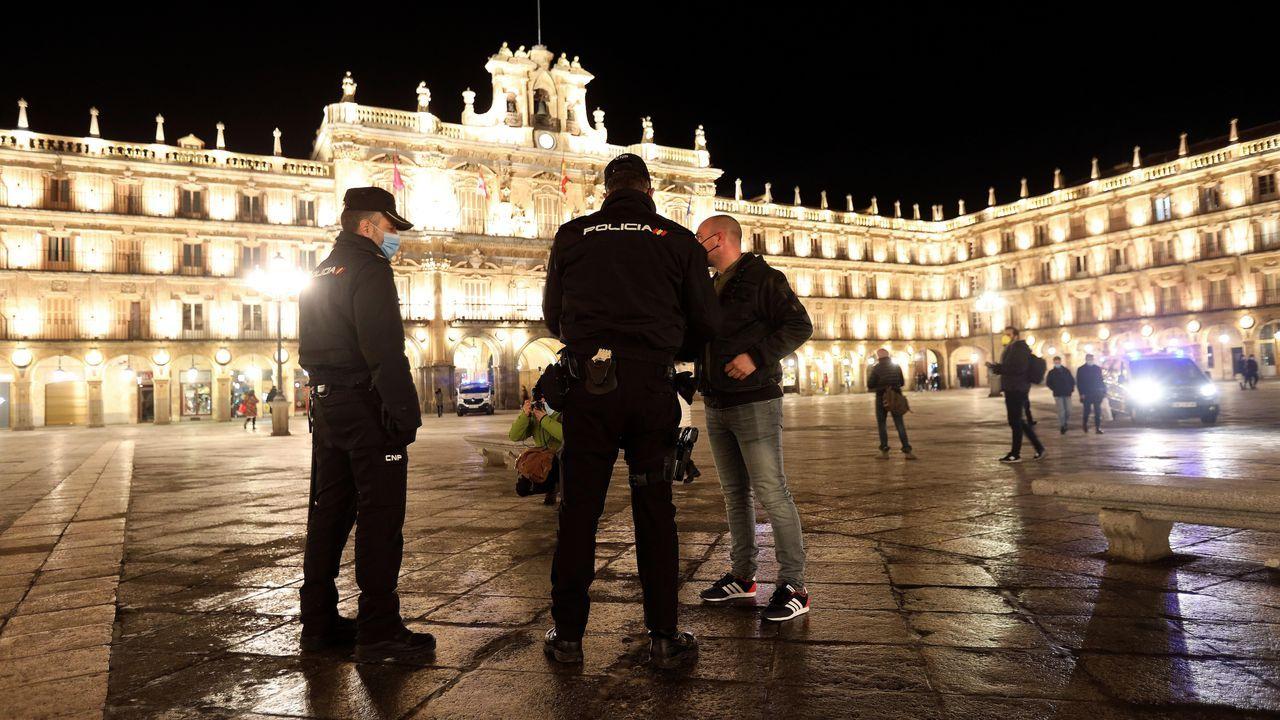 Agentes de la Policía Local y Nacional controlan en Salamanca que los ciudadanos cumplen con el nuevo toque de queda, establecido desde las 20:00