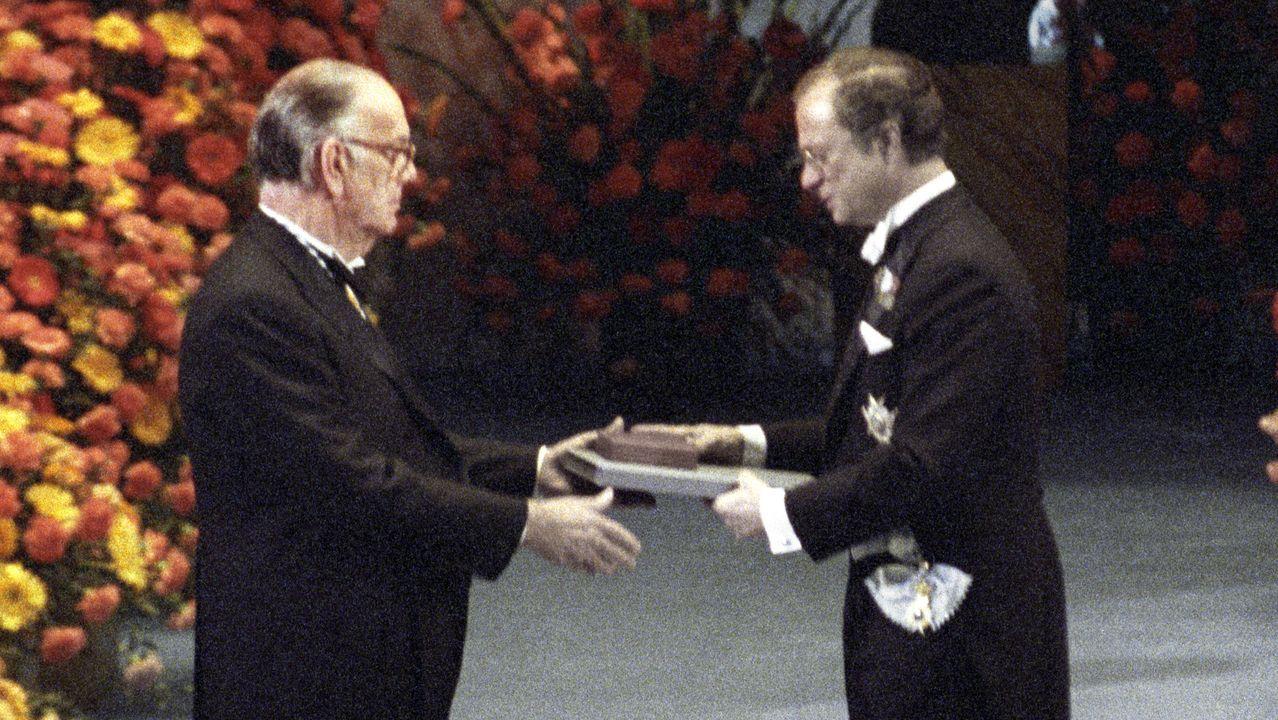 Momento en el que el rey Carlos Gustavo de Suecia le entrega el Nobel de literatura a Camilo José Cela