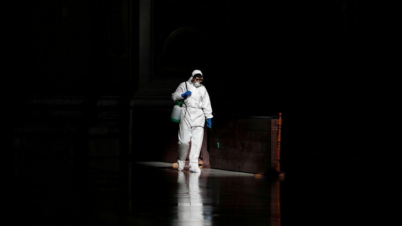 Los «cazafantasmas» del virus desinfectan por el mundo.El presidente de Argentina, Alberto Fernández, despachando con el ministro de Economía, Martín Guzmán.