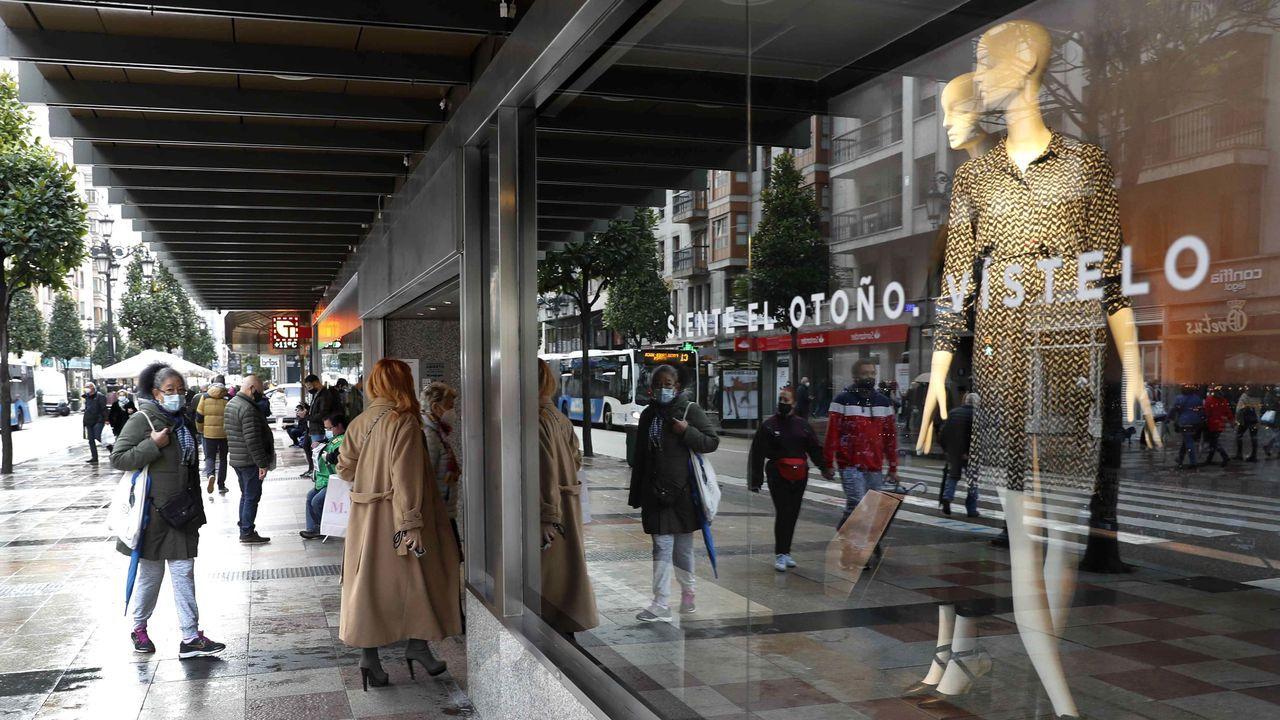 Vista de una calle comercial hoy martes en el centro de Oviedo.