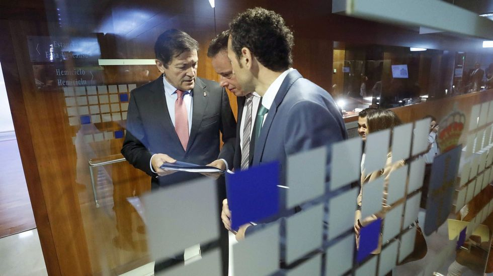 El presidente del Principado, Javier Fernández (i), tras finalizar su intervención en el último debate de orientación política de la legislatura.