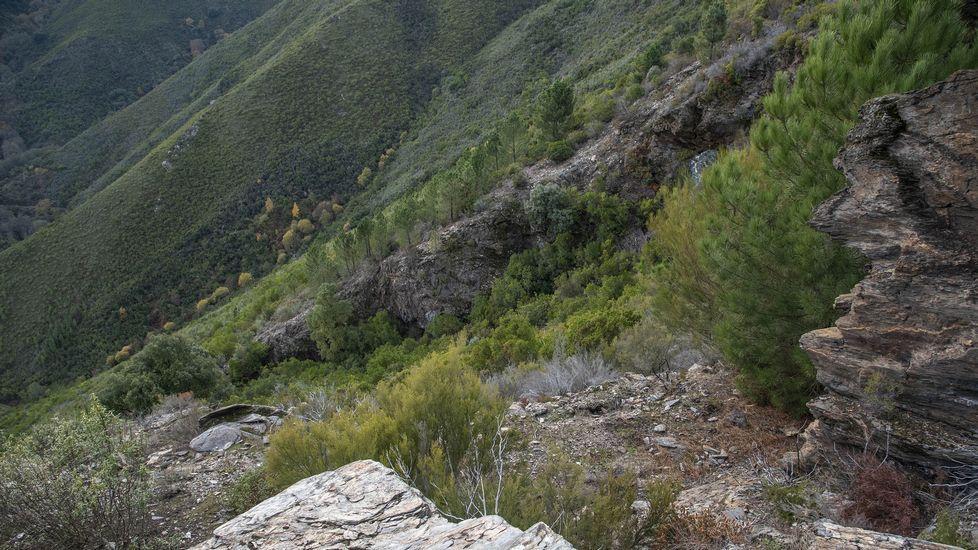 Otro aspecto del socavón del Burato do Lobo visto desde el exterior. La antigua excavación se encuentra en una ladera de fuerte pendiente