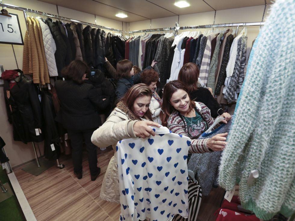 Comienza la Feria de Antigüedades de Santiago.Las primeras visitantes observando la bajada de precios.