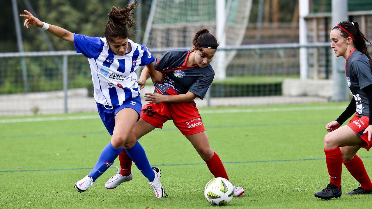 Carlota Real Oviedo Femenino Atletico Madrid Tensi.Carlota, del Real Oviedo Femenino, trata de controlar un balón ante el Atlético de Madrid