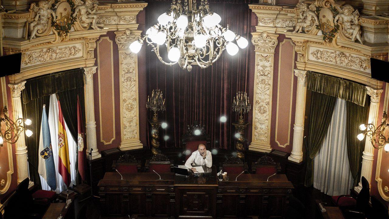 24 de los 27 concejales de Ourense piden la dimisión del alcalde.Armando Ojea saluda a José Manuel Baltar ante la presencia de Gonzalo Pérez Jácome
