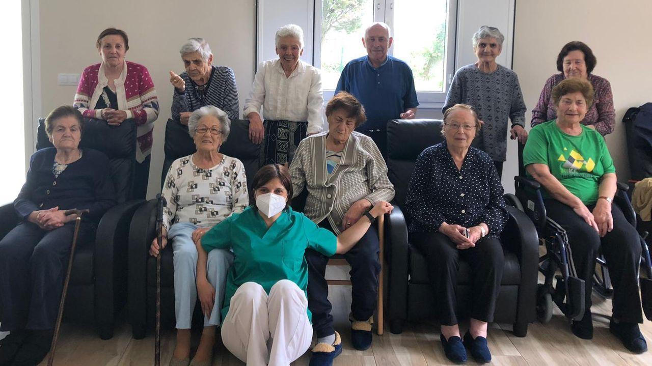 Así se prepara Paulino para la diálisis en casa.En este centro de mayores situado en Cospeito viven ahora mismo 12 personas
