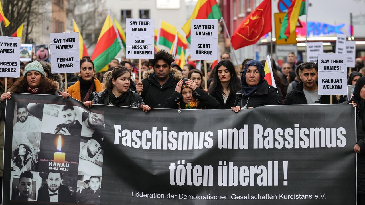 Unas 3.000 personas salieron ayer a las calles de Hanau en una marcha contra el racismo tras la matanza a manos del ultra Tobias Rathjen
