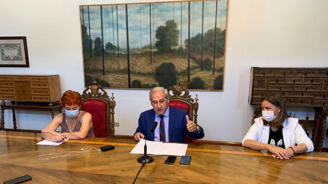 José Tomé, presidente da Deputación, xunto a Maite Ferreiro e Pilar García Porto.