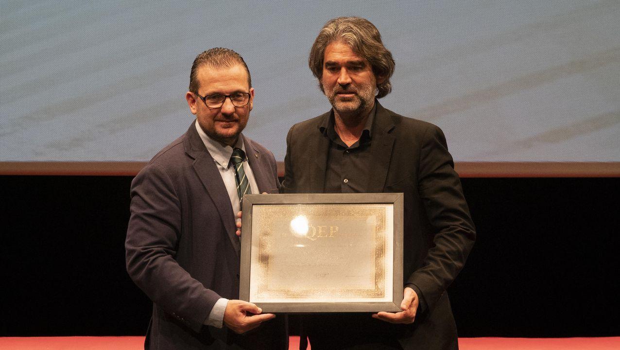 Arturo Pérez-Reverte, en A Coruña.Alfonso Novo recibiendo el premio en Segovia