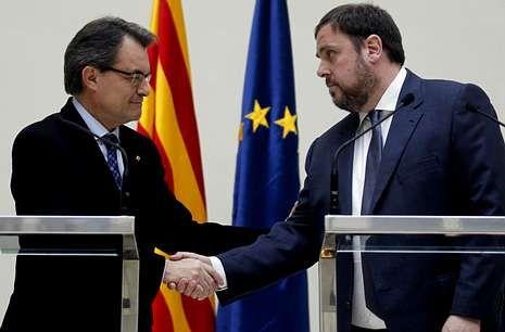 Mas y el líder de Esquerra Oriol Junqueras, tras la firma del acuerdo de gobernabilidad.
