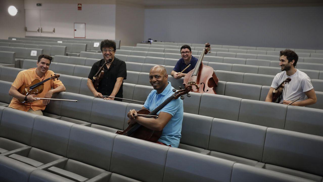 Serra da Capelada.Alonso e Riveiro Coello posan coas súas repectivas obras «Granito» e «O paraíso dos inocentes», gañadoras exaequo do último premio Torrente