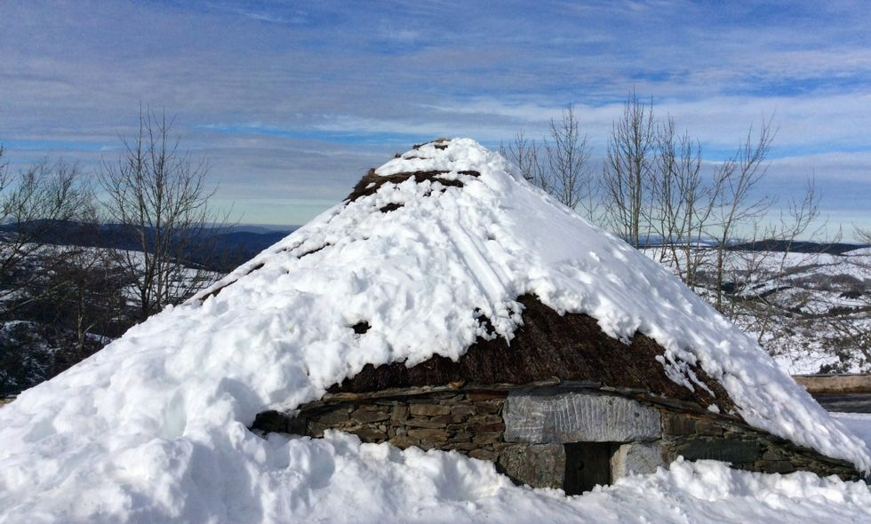 Concentración en repulsa del asesinato machista en Becerreá.Huellas en el tejado de la palloza de Galán, en una nevada durante el pasado invierno en O Cebreiro.
