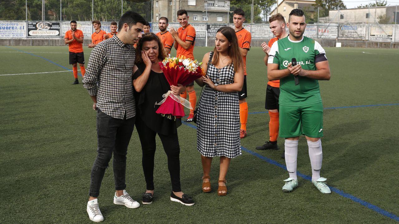 ¡Buscate en el Trofeo Conde de Fenosa de A Pobra!.Tejera se lleva un balon frente al Extremadura