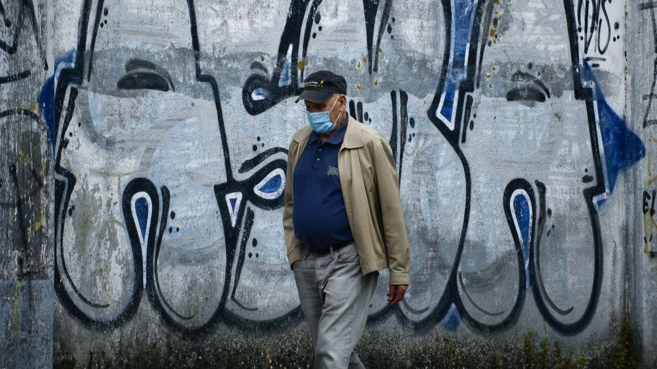Un hombre pasea con mascarilla por A Coruña