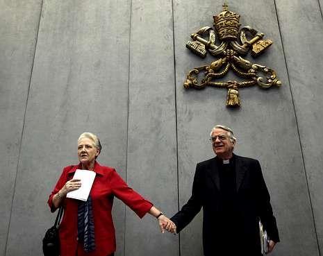 Marie Collins, miembro de la comisión, y el portavoz del Vaticano, Federico Lombardi.