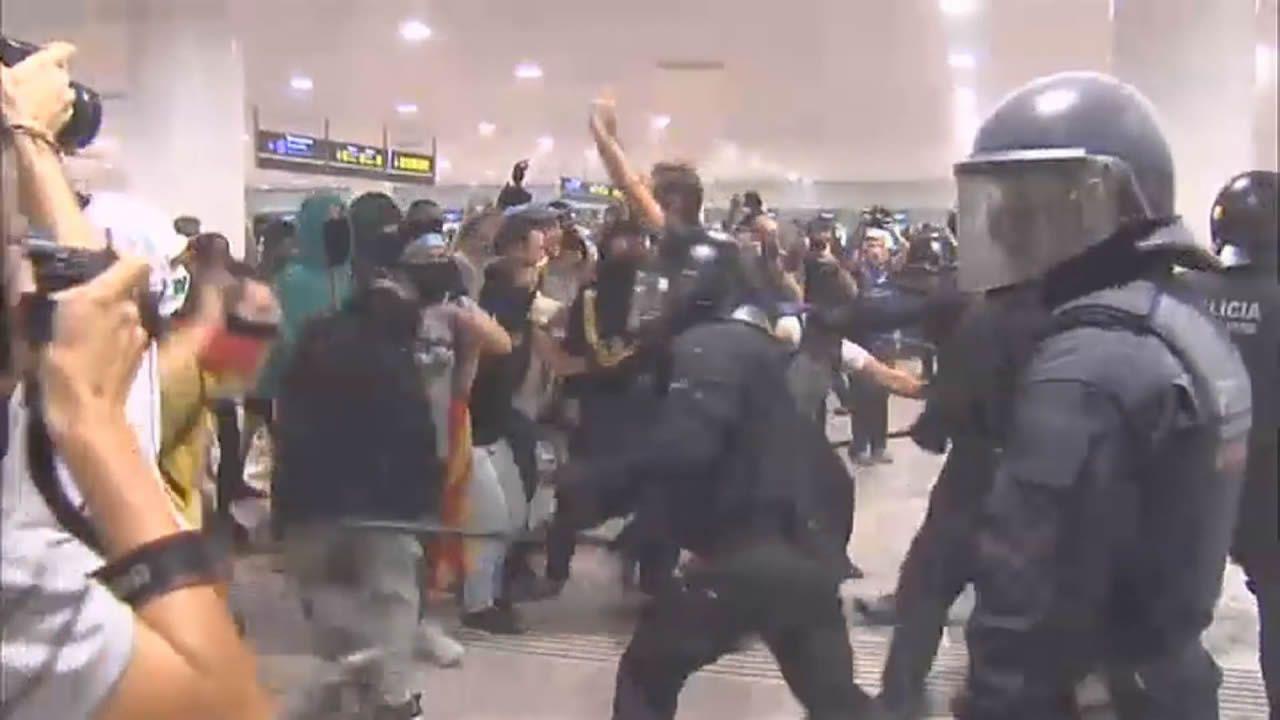 Un sanitario atiende a un manifestante herido después de las cargas de los Mossos d'Esquadra contra los miles de personas que se agolpan ante el Aeropuerto del Prat después de que la plataforma Tsunami Democràtic haya llamado a paralizar la actividad del aeropuerto, en protesta por la condena a los líderes del «procés»