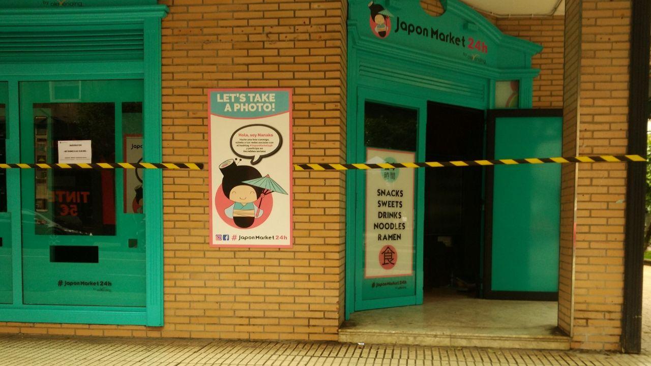 Mago Xulio Merino.El local con las máquinas expendedoras de productos japoneses, en Pérez de Ayala