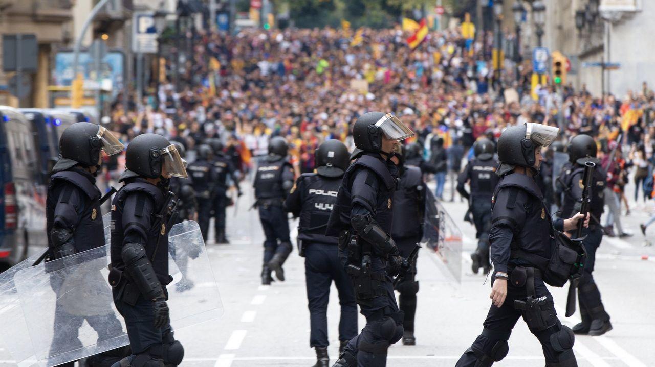 Agentes antidisturbios durante las protestas ante la Jefatura de Policía de Vía Laietana, en Barcelona