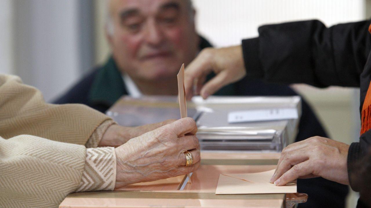 Núñez Feijoo conoce el proceso de elaboración de la pizarra.Ruperto Iglesias, presidente de ASATA